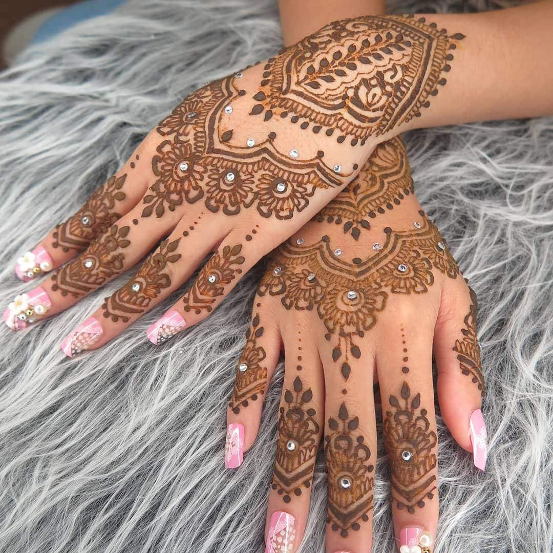 Motif Henna dengan Dominansi Warna Kuning