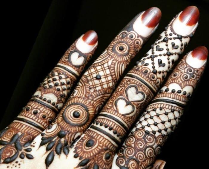 Motif Henna dengan Pola Khusus Jari