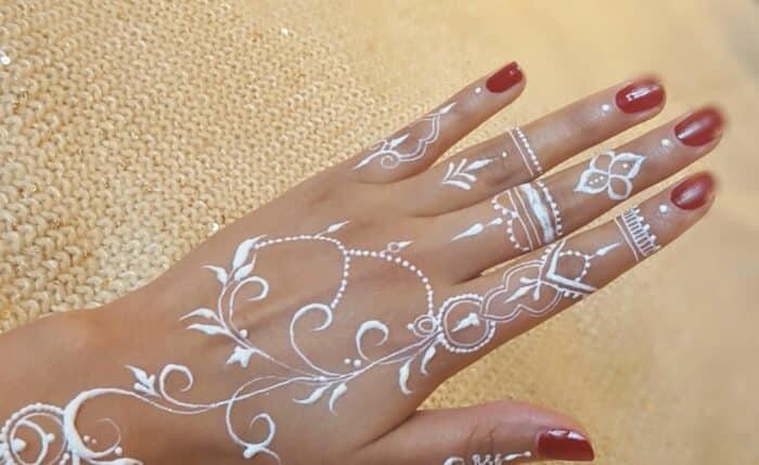 Motif Henna dengan Pola Tangkai Daun