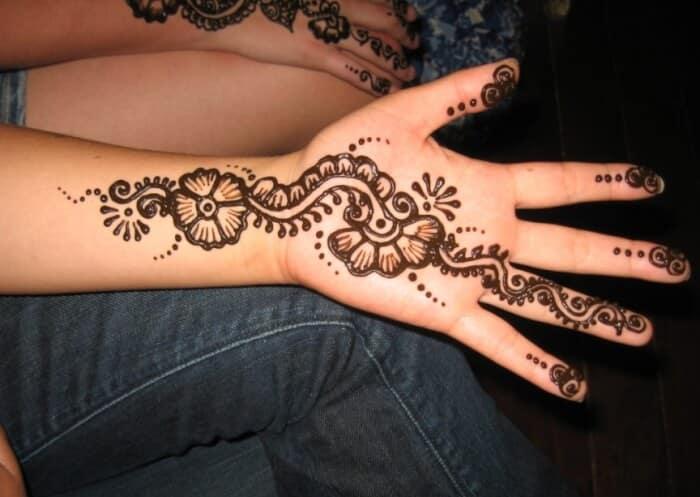 Motif Henna dengan Pola batik