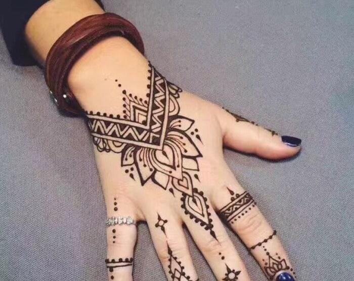 Motif Henna dengan Pola yang Mudah