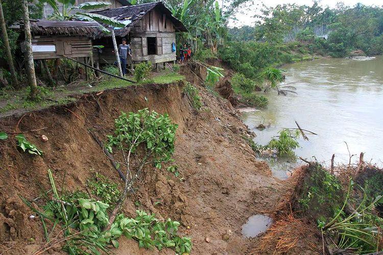 Menimbulkan erosi dan menurunkan kesuburan tanah