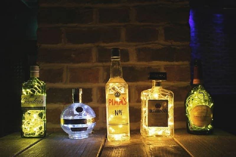 11. Hiasan Dinding Kamar dengan Botol Kaca