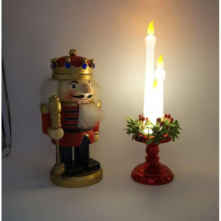 9. Hiasan Dinding Kamar dengan Lilin Indah